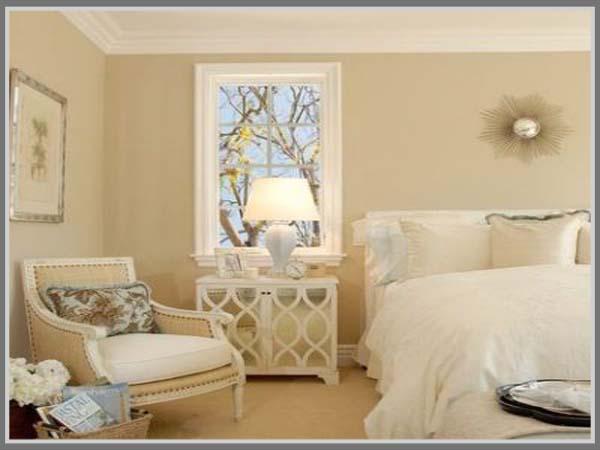 warna krem lembut menenangkan di kamar tidur