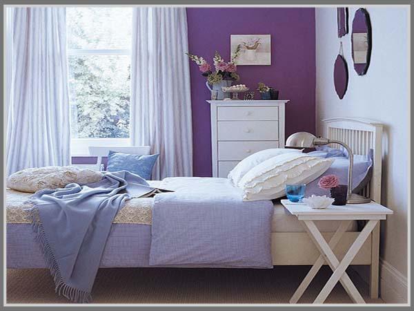 kamar tidur elegan dengan balutan warna ungu